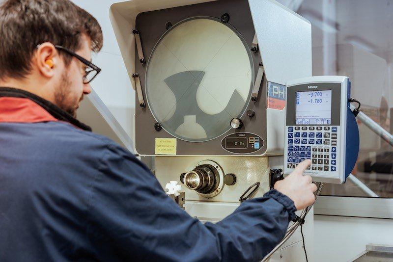 Lavorazioni meccaniche di precisione-OMP snc-Proiettore di profili
